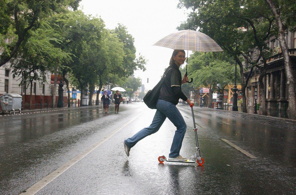 Rollerezés az esőben az autómentes napon