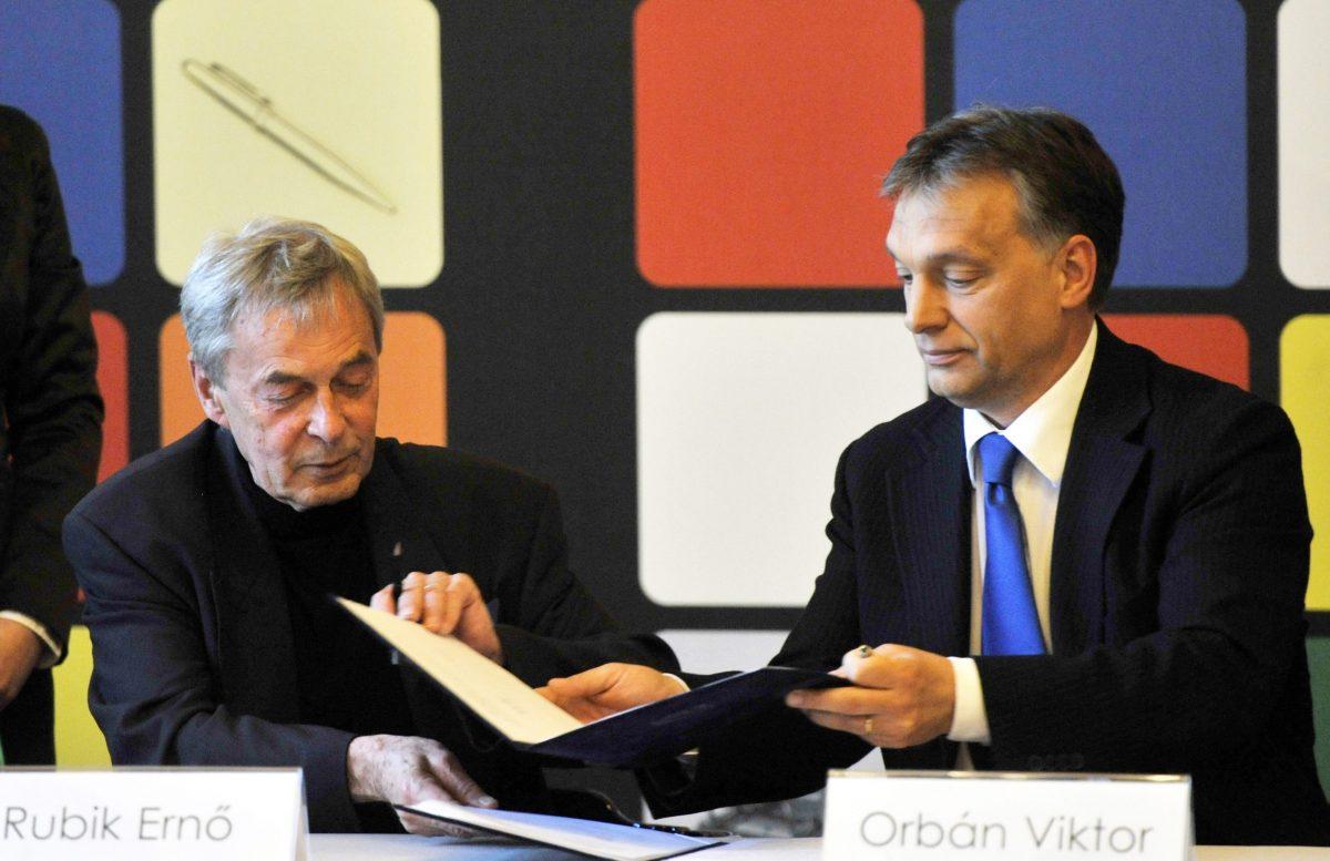 Rubik Ernő, a róla elnevezett kocka feltalálója és Orbán Viktor miniszterelnök (b-j) együttműködési megállapodást írnak alá egy Budapesten épülő, az elmúlt 1100 év magyar szellemi teljesítményét bemutató, Rubik-kockát formázó múzeum létrehozásáról 2012-ben