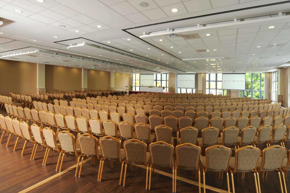 Üresen tátongó terem: se esküvő, se konferencia