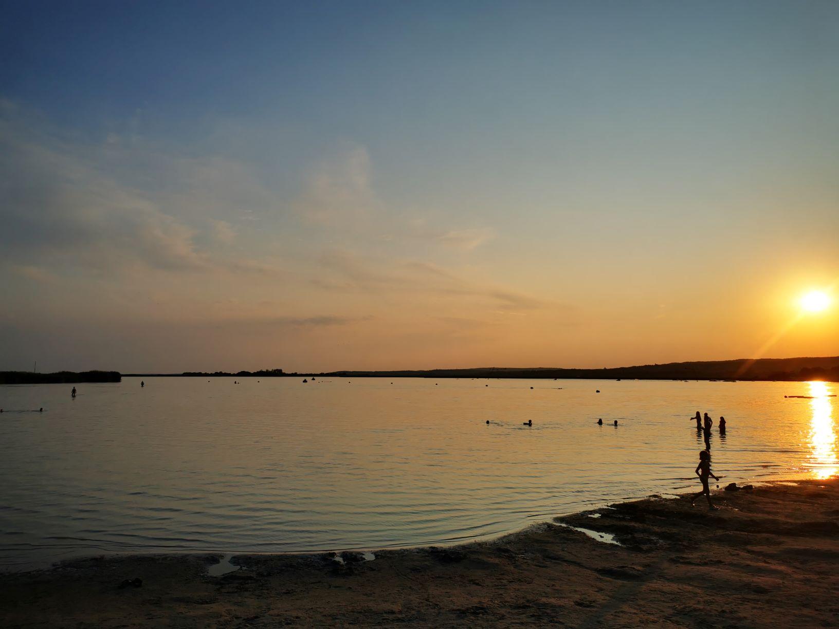 Velencei-tó: A velencei Korzó homokos strandján most is lehet fürdeni