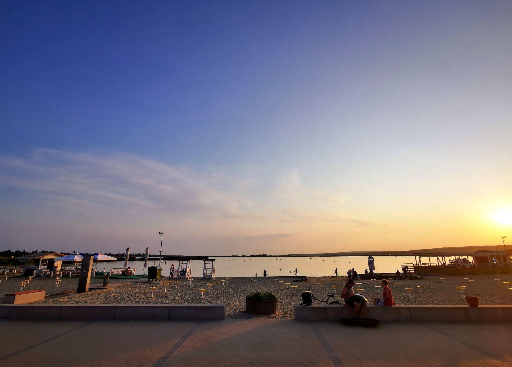 Velencei-tó: A velencei Korzón még a kora esti órákban is voltak a strandon