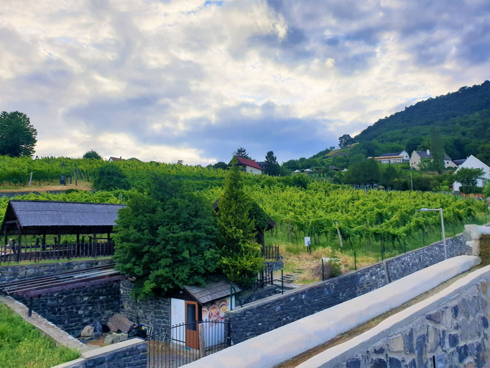 Megéri felmenni a hegyre, nemcsak a kilátás, hanem az éttermek és a borászatok miatt is