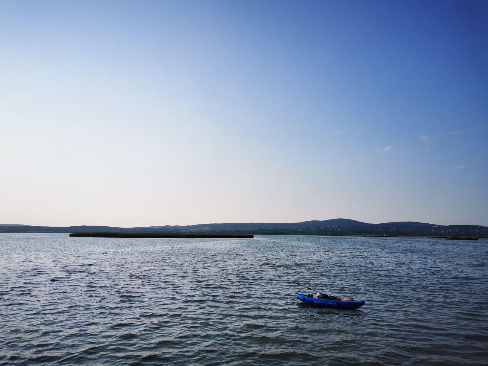 Velencei-tó: Szinte festői, ahogy a csónak ringatózott a tükrén, itt nem érződött, hogy bármi baj volna