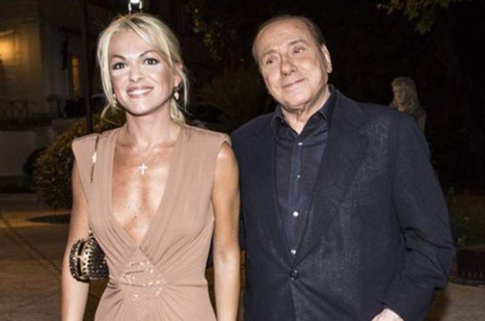 Berlusconi és barátnője