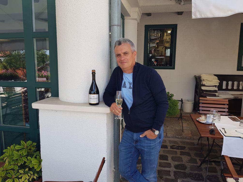 A rendezvény főszervezőjét, Rókusfalvy Pál borászt arról kérdeztük, hogy került a pezsgő Etyekre