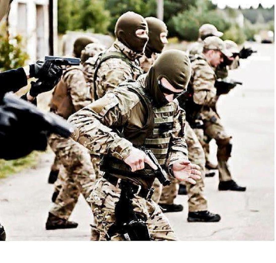 BagjosRichárd (a kép előterében) egy gyakorlaton éppen előhúzza a gyorstokból a BerettaM9-es oldalfegyverét(ez a pisztoly egyébként az USA hadseregében rendszeresítve van)